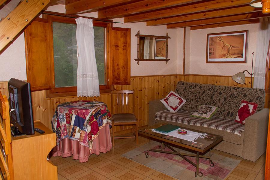 Jard nes y piscina cuibierta salones con chimenea en casa rural tahona de enciso - Salones con encanto ...